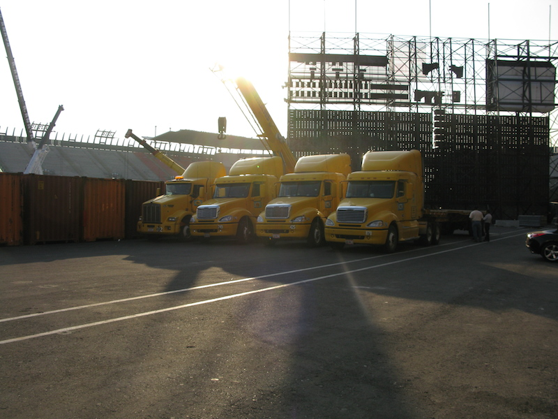 Trucks-and-container-at-Foro-Sol
